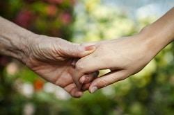 Quelle différence entre une aide à domicile et un auxiliaire de vie ?